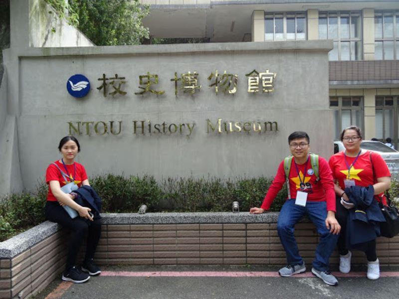 3 du học sinh Việt Nam chụp ảnh khi thăm bảo tàng giáo dục Đài Loan
