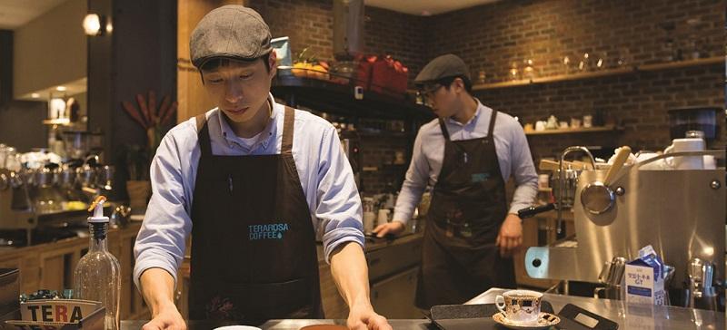 du học sinh nam ở Đài Loan làm thêm việc phục vụ ở nhà hàng
