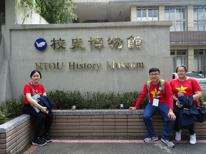 3 du học sinh Việt Nam mặc áo đỏ sao vàng ngồi chụp ảnh ở Bảo tàng lịch sử NTOU Đài Loan