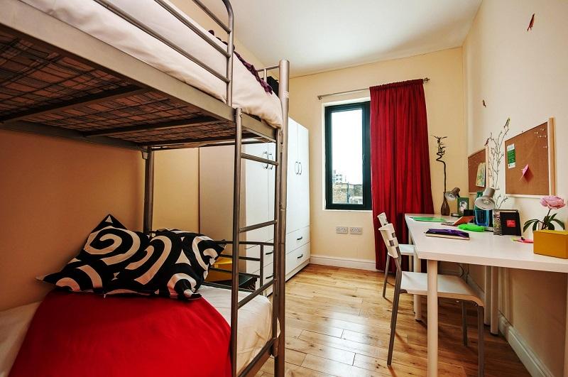 phòng ký túc xá ở Đài Loan có giường tầng, bàn học, tủ đầy đủ