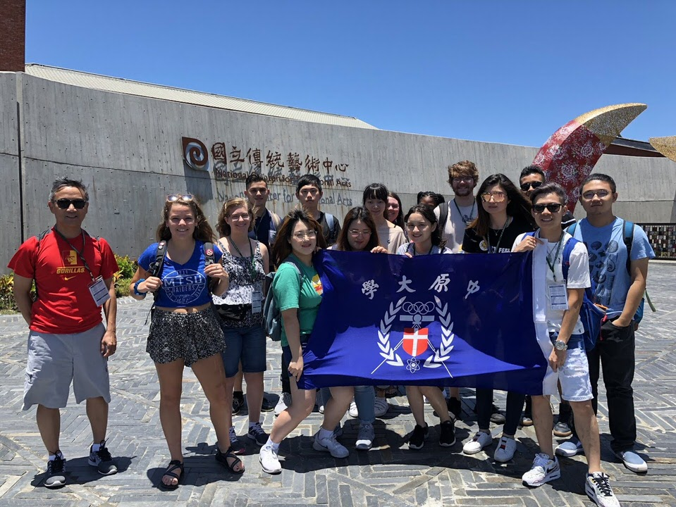các bạn sinh viên cùng giáo viên trước cổng trường đại học ở Đài Loan